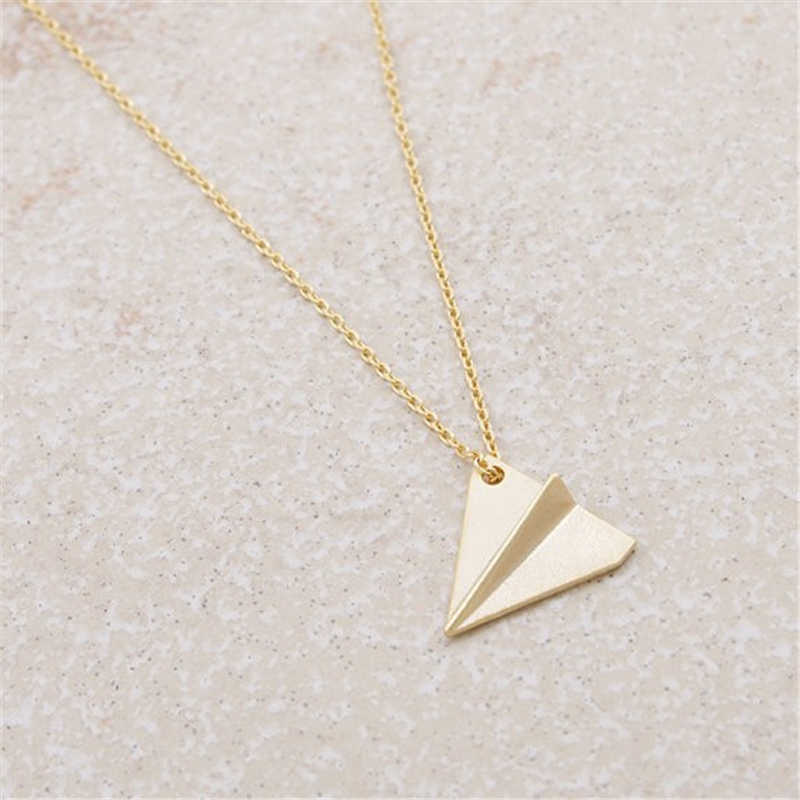 شخصية بسيطة اوريغامي المجوهرات قلادة المجوهرات. صغيرة اوريغامي الطائرة ذاكرة الطفولة. هدية للأطفال أو الأصدقاء