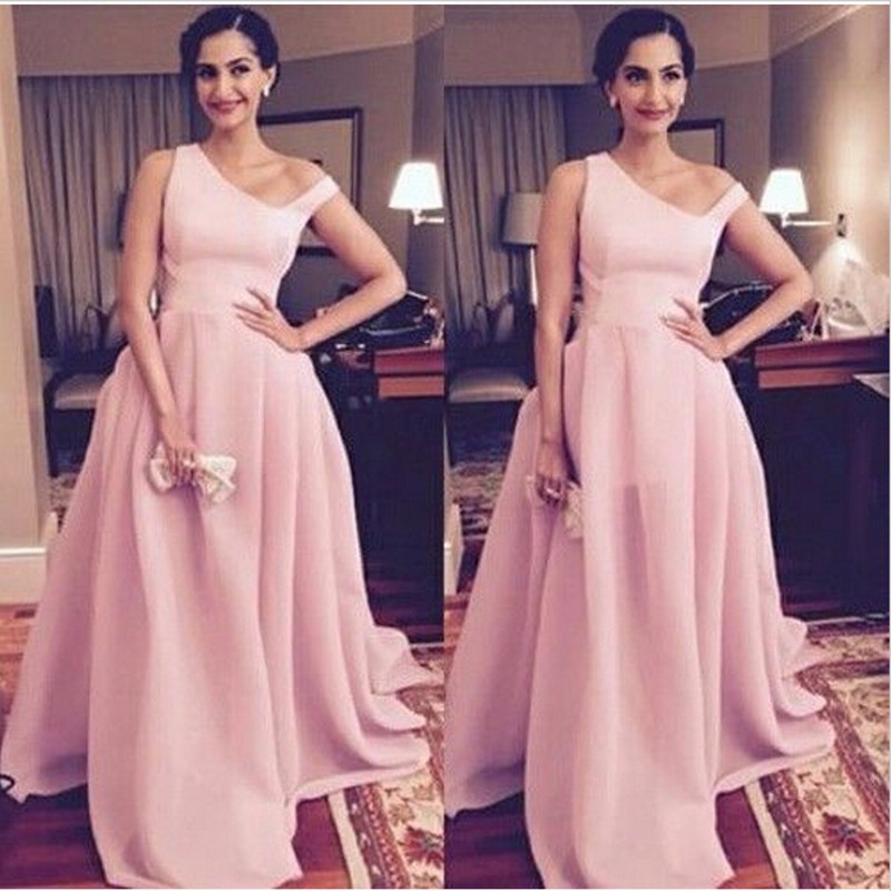 Baby-Pink-Sonam-Kapoor-Long-Gowns-At-Bollywood-Actress-Attended-He-Femina-Beauty-Awards-2016-Special