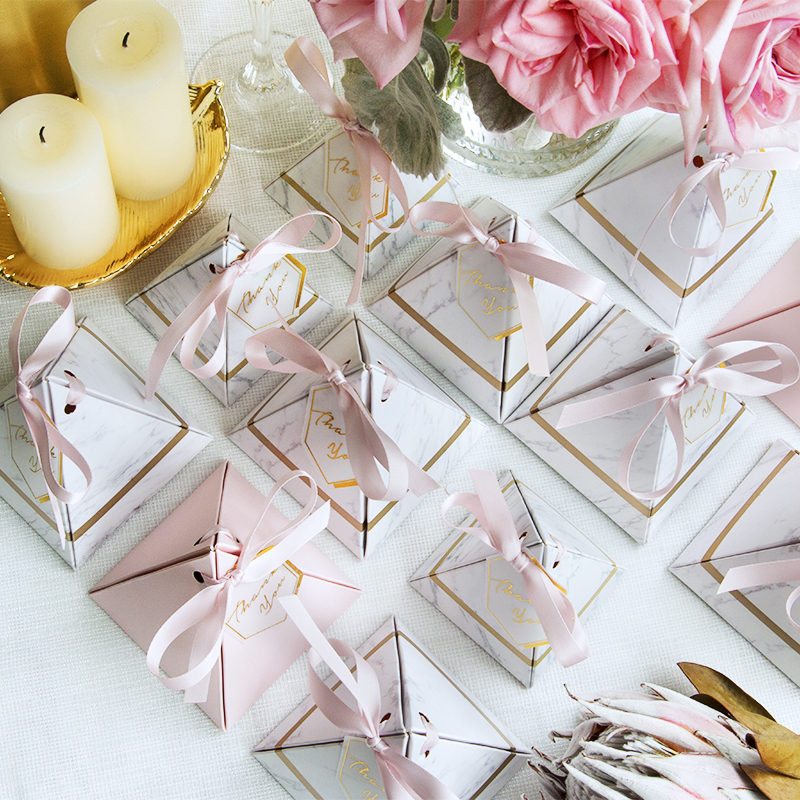 100pcs New Triangular Pyramid Marble Style Candy Box Wedding Favors Party Supplies Gift Chocolate Boxes With Ribbon THANKS Table