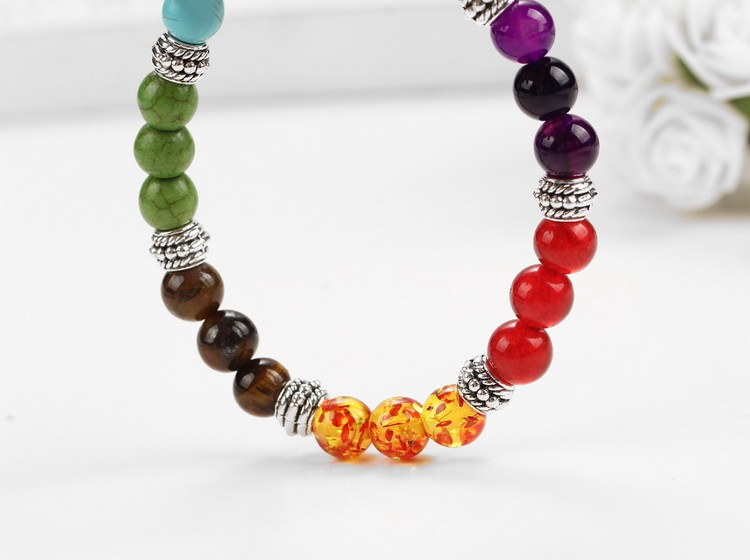 Bracelet 7 chakras, pierres semi-précieuses, mise en scène 2