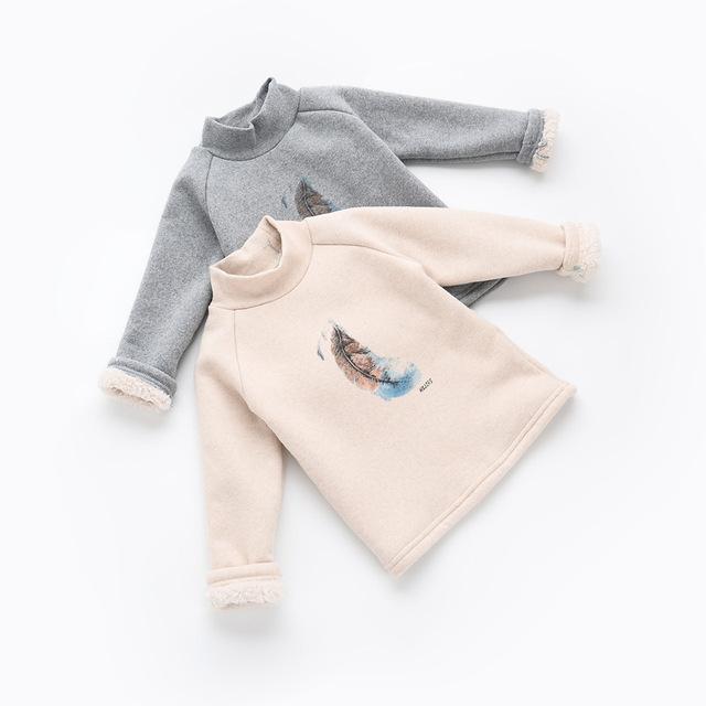 2016 primavera outono Meninas Miúdos Pena de impressão além de veludo de alta-pescoço T-shirt confortável bonito Roupa do bebê Roupa Das Crianças