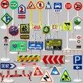 Eco friendly do trem cena com adereços sinais de trânsito brinquedo modelo de carro de plástico pode ser usado em construção e siku tomy cena 32 pçs/set