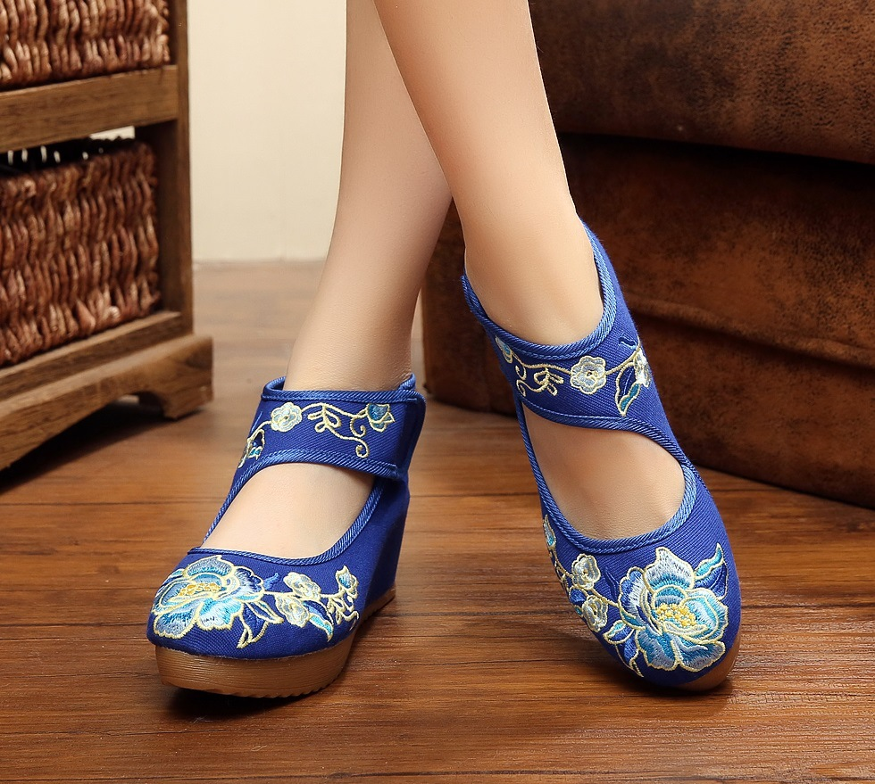 Pointed Old Beijing Flower Embroidered Women Shoes Mary Jane Flat Heel Denim Chinese Style Casual Cloth Plus Size Shoes Woman peacock embroidery women shoes old peking mary jane flat heel denim flats soft sole women dance casual shoes height increase