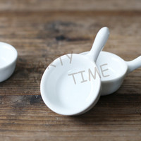 Ceramic white round mini dish with handle, mini appetizer dish for party and bar