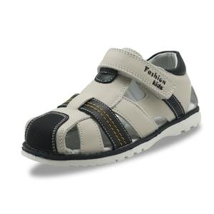 Image 2 - Apakowa Kleine Kinder Sommer Closed Toe Leder Sandalen für Jungen Kid Gladiator Haken und Schleife Sandalen für Strand Walking Reisen