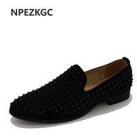 Barato NPEZKGC alta calidad UE 39-43 inferior hombres zapatos moda Dandelion mocasines de hombre con pinchos remaches Zapatos de vestir casuales hombres planos negro