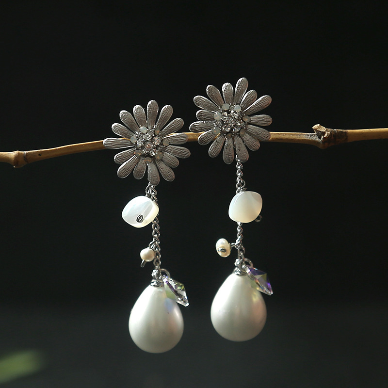 Japan and South Korea boutique wholesale crystal silver sunflower shell pearl has chic dangler earringsJapan and South Korea boutique wholesale crystal silver sunflower shell pearl has chic dangler earrings