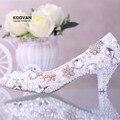 Koovan Sapatos 2017 Nova Moda Salto Baixo sapatos de Noiva Sapatos de Casamento Mulheres Cristal Diamante Pérola Flores Apontou Bombas De Sapatos De Couro