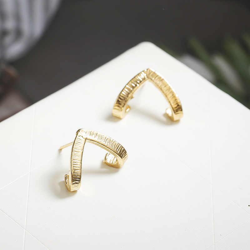 זהב צבע מקסים BUMBLE חרקים בצורת עגילי בעלי החיים תכשיטי עבור נשים ילדה מתנה משולש Stud עגילים