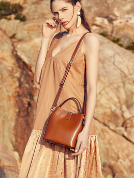 Summer new oil wax cowhide leather lady bag with handheld bucket bag, simple one-shoulder inclined bag