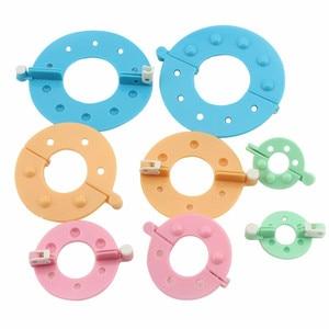 Image 1 - 8 adet 4 Boyutları pom pom üreticisi Plastik Ponpon Seti Yonca Kabartmak Topu Weaver Iğne Zanaat Örgü Aracı DIY Dikiş araçları Renk Rastgele