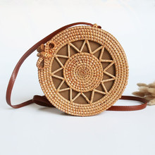 купить 2019 Small Circle Beach Handbags Summer Vintage Straw Bag Handmade Bag Bohemian Bali Hand Woven Bag Round Rattan Women Bags по цене 1813.25 рублей