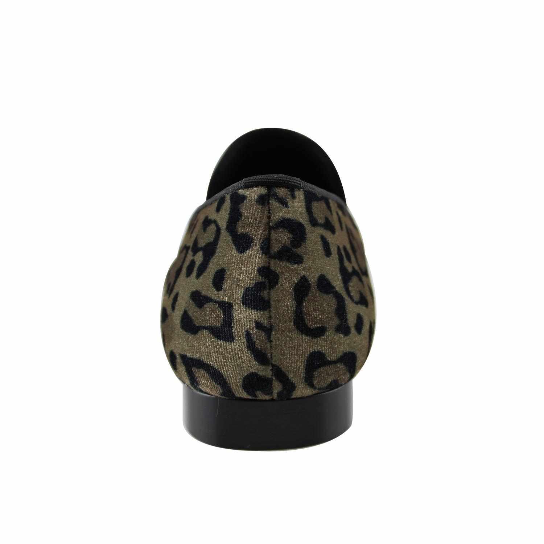 Harpelunde ผู้ชายเสือดาวพิมพ์อย่างเป็นทางการรองเท้า Lion Emblem Velvet Loafer สายคล้องโลหะ Flats