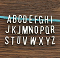 50 unids AZ Letras de la Diapositiva de plata Antigua Encantos DIY fit 7mm pulsera de cuero plano, alfabeto Cartas de Word 6737