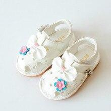 2017 Meninas Do Bebê Sandálias Crianças Sapatos com Arco Flor Primeiro Walker Sandálias Dedo Do Pé Fechado Sapatos Macios Sole Crianças Rosa Branca Size15-19