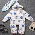 2017 детская зимняя одежда snowsuit перо вниз один кусок комбинезон новорожденных ползунки толстые теплые одежды утка вниз верхней одежды с капюшоном