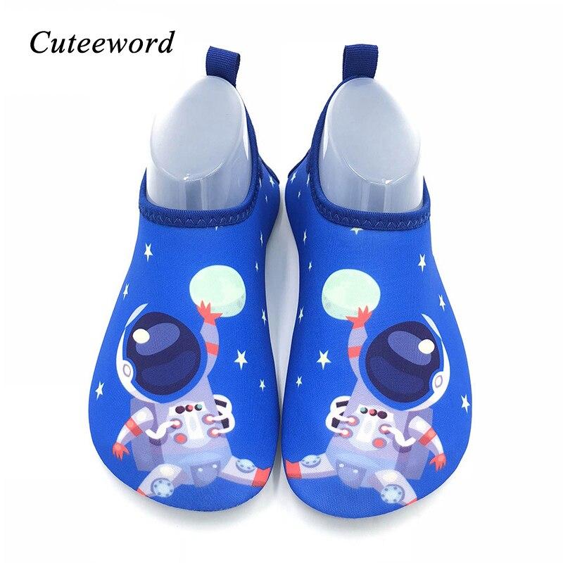 Anne ve Çocuk'ten Terlikler'de Hızlı Kurutma Çocuklar su ayakkabısı Erkek ve Kız Yüzme Ayakkabı Bebek Yumuşak kaymaz Barefoot Karikatür Çocuk Ev Ayakkabı kat çorap title=