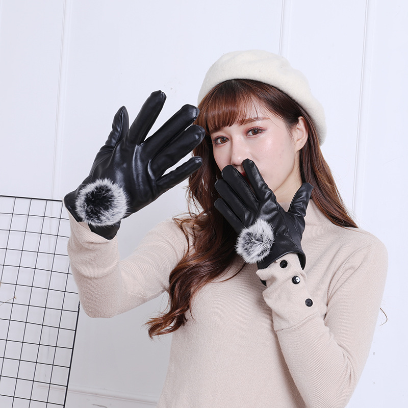 Nieuwe Winter Dames Warm Touchscreen Lederen Handschoenen Haar Bal Pu Leer Plus Fluwelen Handschoenen Regelmatig Drinken Met Thee Verbetert Uw Gezondheid