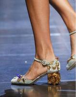 Новинка 2017 года металлизированные цветы крышка Для женщин туфли-лодочки в стиле Мэри Джейн квадратный золотой каблук Королевский суд Ретро...