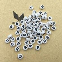 Negro de Una Sola Letra R Impresión Cuentas Iniciales Del Alfabeto de Acrílico 4*7mm Plana Redonda Coin Forma DIY Pulsera Tejida joyería Granos de la Letra