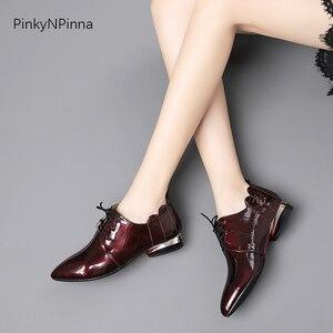 Image 2 - Женские офисные блестящие туфли из лакированной кожи с металлическим узором на низком каблуке с оборками; женские туфли оксфорды; сезон лето осень