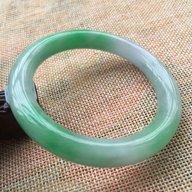 57.9มิลลิเมตรได้รับการรับรอง(เกรดA)ธรรมชาติสีเขียวหยกJadeiteสร้อยข้อมือกำไลข้อมือ59944