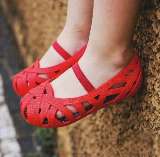 Mini Melissa 2018 New Girls Jelly Shoes Children Sandals Roman Shoes Hollow  Girls Princess Shoes Non-slip Beach Sandals Toddler c3bb01b0f25b
