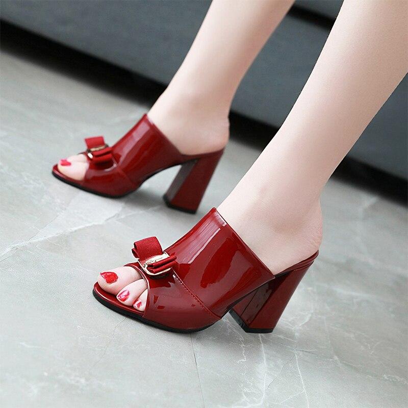 2018 נשים הקיץ חדשים עם בוהן ציוץ עניבת פרפר מתוק אופנה מזדמן אישה נעלי עקבים גבוהים כיכר עור פטנטים נעלי בית