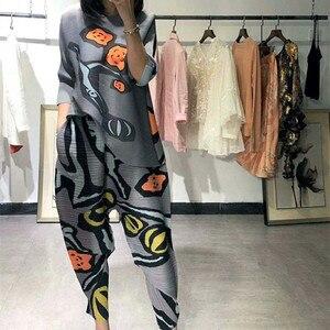 Miyake terno feminino verão novo estilo dobras moda europa estação rabanete tshirt + calças duas peças plissados terno