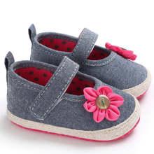 7cbeea58490 Gris azul infantil cómodo zapatos del pesebre del bebé linda flor suave  suela Casual calzado Sapatinho Bebe chica familia bebé r.