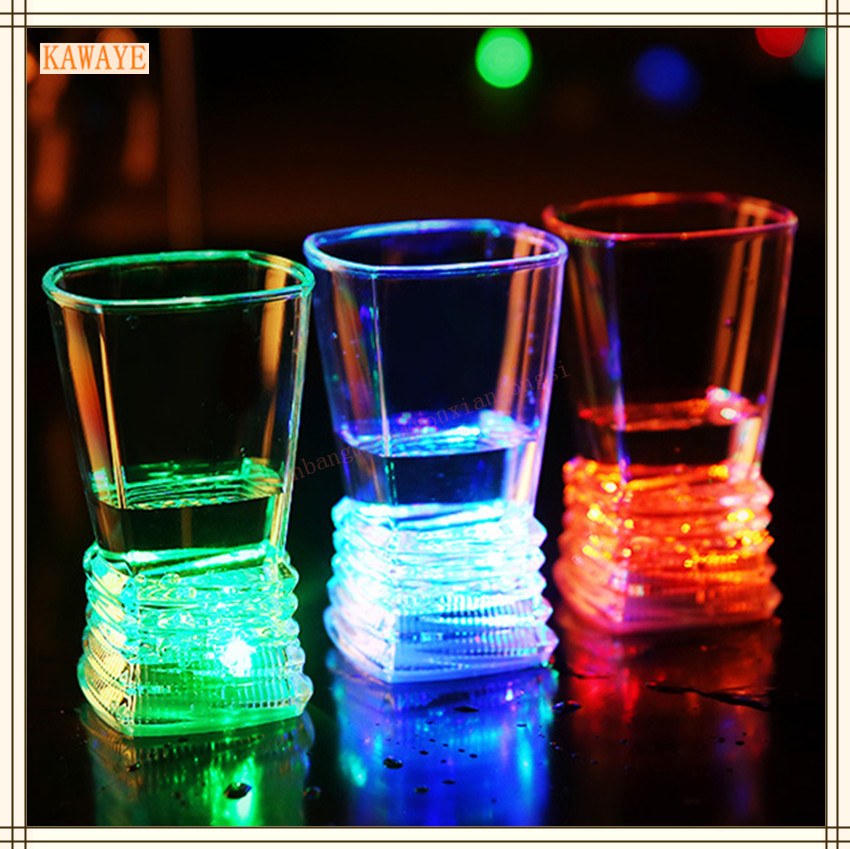 DEL Inductive Boire Verre rainbow couleur feu clignotant Glow Tasses en Plastique Party