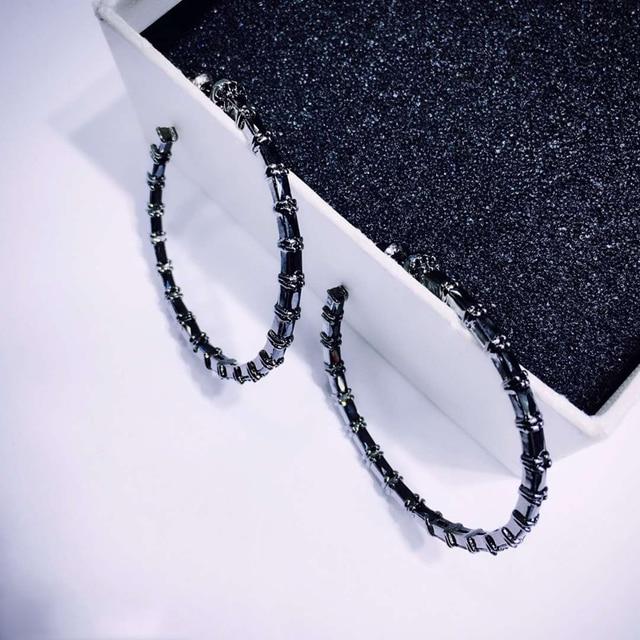 Фото женские круглые серьги кольца be8 черные круглой формы с кубическим