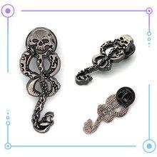 eacc6b302b33 Giancomics caliente Harri Potter insignias serpentina collar broche de Metal  de aleación de Zinc Pin traje