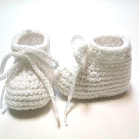 Blanco zapato de bebé. botines del ganchillo del bebé Hecho a la ...