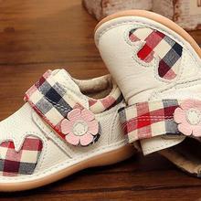 bf998aa3c Zapatos chirriantes de cuero genuino para niñas pequeñas 1-3 años hecho a  mano para niños zapatos de flores de algodón a cuadros.