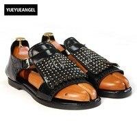 Европейские летние Для мужчин Harajuku Ленточки заклепки Тапочки из натуральной кожи Wing Tip выдалбливают с открытым носком пляжные сандалии муж