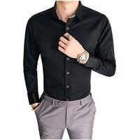Na primavera de 2018 novos homens de negócios terno de cavalheiros e um com uma reta e uma bela camisa preta camisa masculina