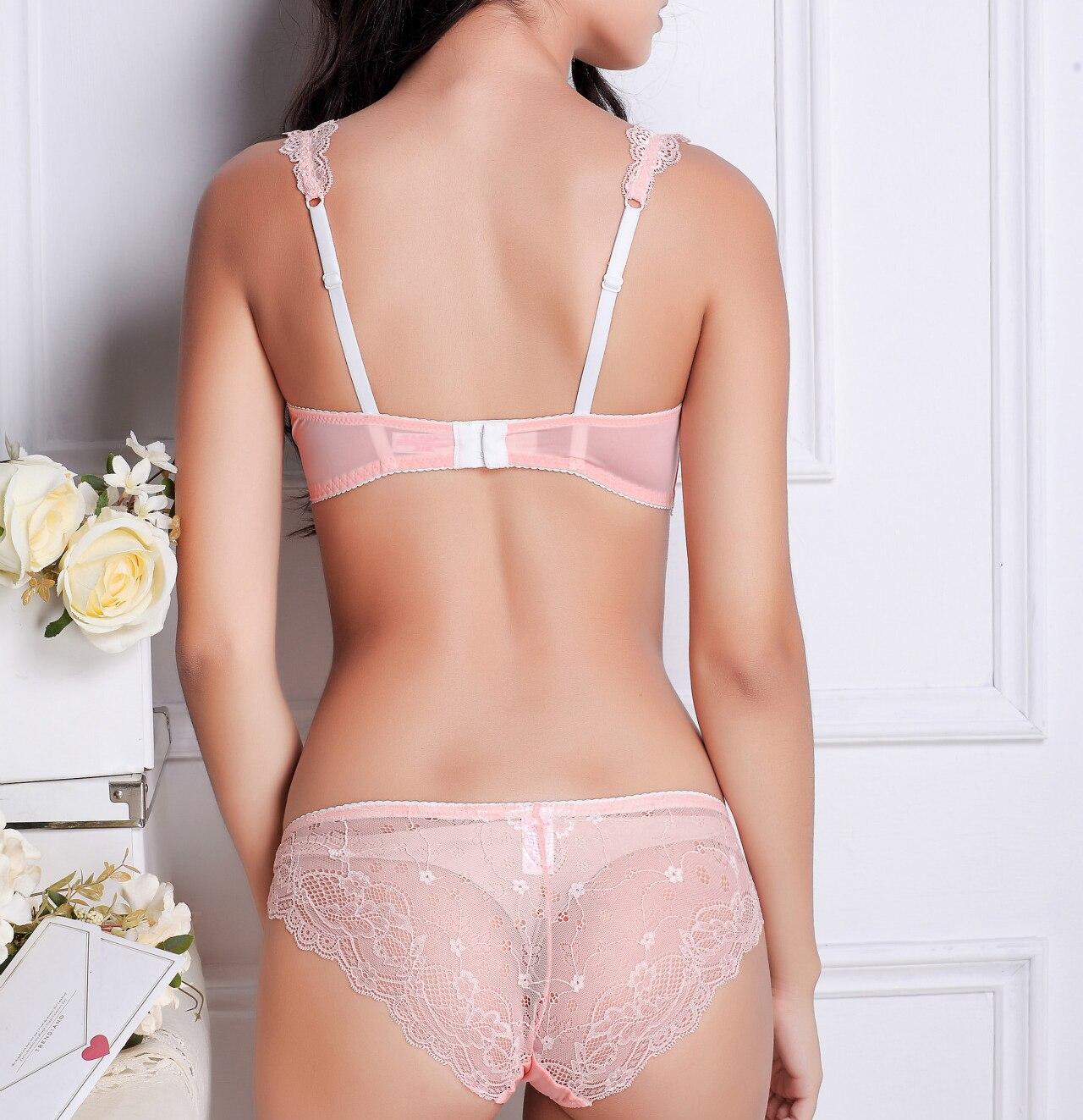 что девушка в розовых прозрачных плавках фото занимаются