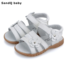 Детские сандалии; коллекция года; летние детские сандалии из натуральной кожи для девочек; обувь принцессы с цветочным узором для девочек; дышащие сандалии для маленьких девочек
