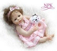 NPK 56 CM tam vücut slicone yeniden doğmuş bebek bebek kız bebe bebek reborn Banyo oyuncak el köklü kıvırcık saç anatomik olarak Doğru