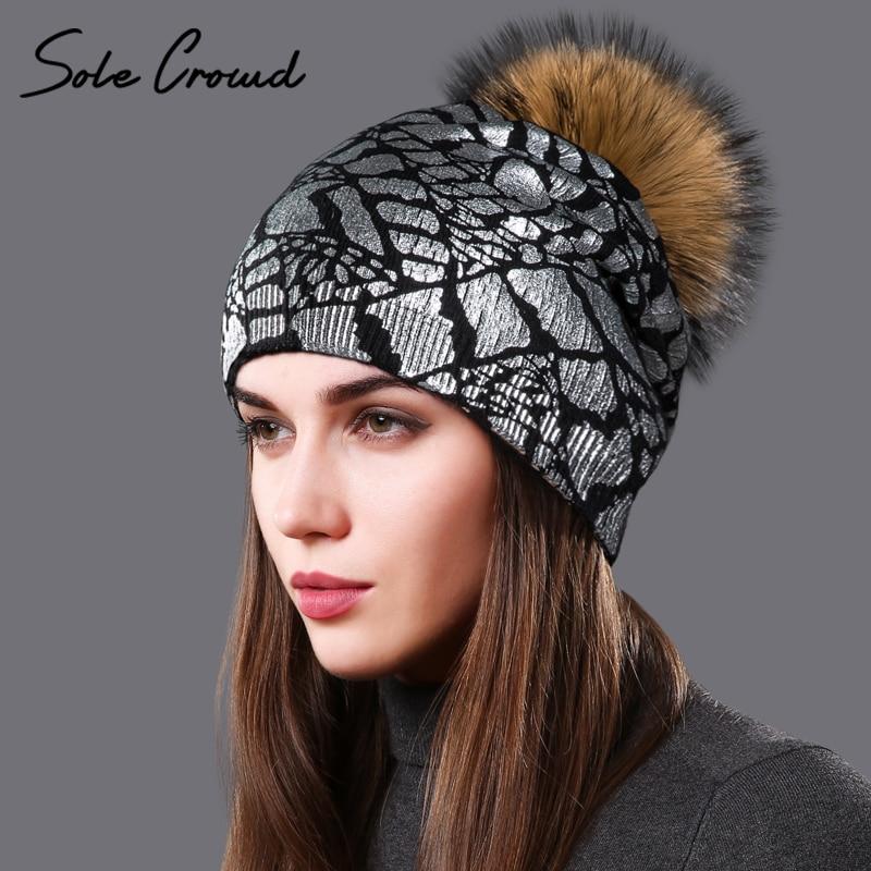 Suela multitud mujeres caliente del invierno de lana de punto sombreros con mapache natural fur pompoms CAPS moda imprimir plata sombrero para damas gorros