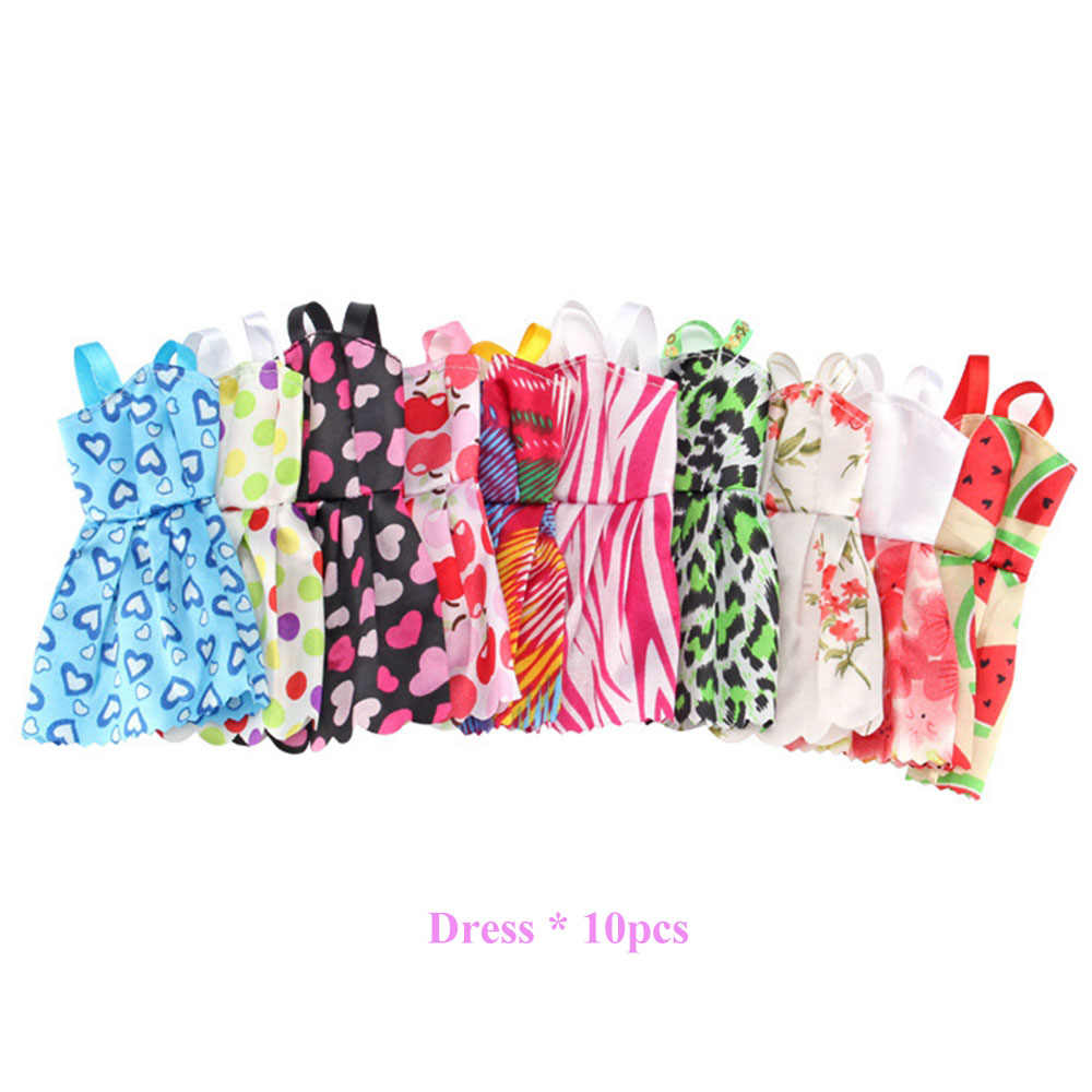 83 ürün/Seti Bebek Aksesuarları = 10 Adet oyuncak bebek giysileri Elbise + 18 Çift Ayakkabı + 2 Adet Taç + 2 çanta + 12 Elbise Askısı Mankenler Bebek