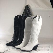 Модные женские ботильоны из выбитая микрофибра; ковбойские ботинки с острым носком в западном стиле; женские ботинки до середины икры на массивной танкетке для подиума