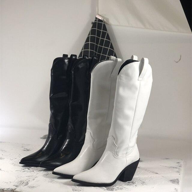 Moda kabartmalı mikrofiber deri kadın yarım çizmeler sivri burun batı kovboy çizmeleri kadın orta buzağı tıknaz takozlar çizmeler pist