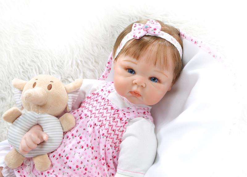Silicone baby doll 56 cm bébé Russe fille Souriant bebe 22 Pouces Enfants Playmate Cadeau pour les Filles baby Alive Doux jouets pour Bouquets