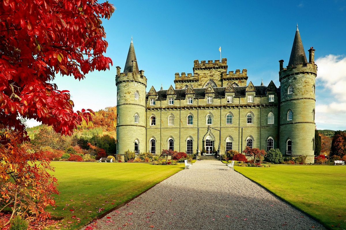 inveraray castle united kingdom automn fall season red leaves 214FJ ...