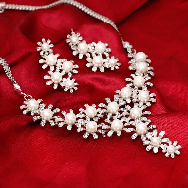 Élégant colier et boucles d'oreilles avec perles Colliers Bella Risse https://bellarissecoiffure.ch