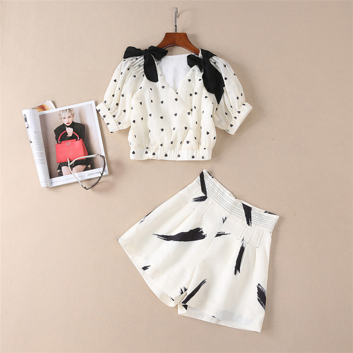 New Summer Womens Runway Sets High Quality Black Heart Embroidered V-neck Crop Top + Shors Pants 2 Pieces Set Cute Lovely tops