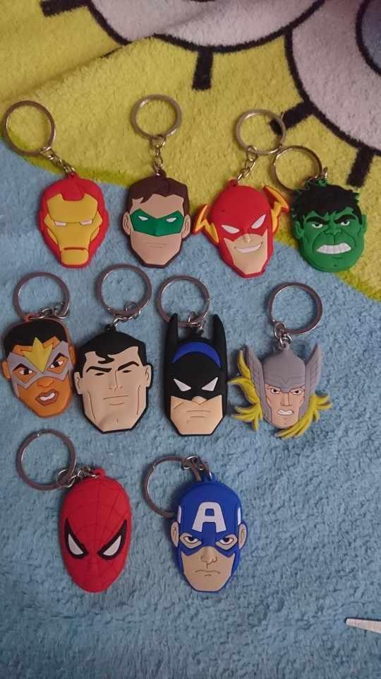 1pcs Avenger Superhero PVC Keychain Anel Chave Legal Trinkets Chaveiro Homem De Ferro Do Homem Aranha Batman Chave Titular Presente Dos Miúdos favor de partido