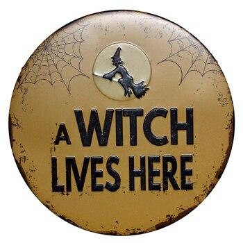 WITCH mieszka tutaj Vintage metalowe znaki Cafe Bar Pub Halloween dekoracje ścienne Retro tablica naklejki ścienne do domu festiwal narzędzia 30CM R011